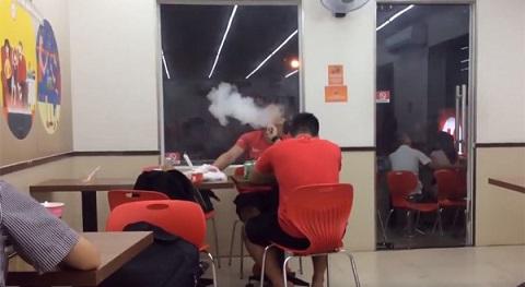 Dù bị nhắc nhở, hai thanh niên vẫn thản nhiên hút thuốc ở phòng kín