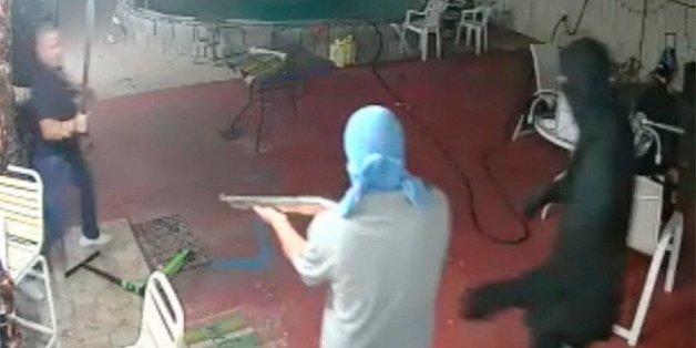 Toán cướp cầm súng bị chủ nhà dùng mã tấu truy đuổi