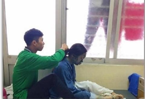 Chàng trai lóng ngóng tết tóc cho bạn gái bị thủy đậu trong bệnh viện