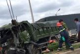Nghệ An:  Dùng máy cắt đặc biệt cắt cabin xe đưa tài xế mắc kẹt ra ngoài