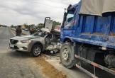 Hà Tĩnh: Xe hơi va chạm xe tải, tài xế mắc kẹt trong cabin
