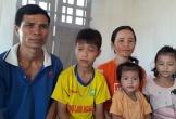 Bố mẹ nghèo nhìn hai con mắc bệnh lạ về mắt