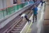 Người qua đường 'ngứa tay' đẩy nhân viên vệ sinh xuống đường ray