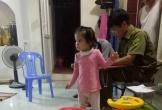 Bé gái 3 tuổi bị bỏ rơi trước cửa nhà dân