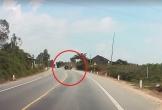 Ô tô mất lái lộn 2 vòng trên đường, tài xế may mắn thoát chết