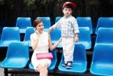 Hoa hậu Oanh Yến vừa chụp hình trong studio vừa trông con