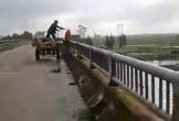 Hà Tĩnh: Người đàn ông ngang nhiên ném cả công nông rác xuống sông