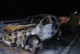 Xe ôtô 7 chỗ bốc cháy dữ dội, 3 người thoát chết