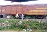 """Hà Tĩnh: Kỳ lạ cảnh người dân """"gửi rác"""" theo các đoàn tàu"""