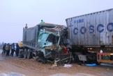 Hà Tĩnh: Xe tải đấu đầu container, lái xe nguy kịch