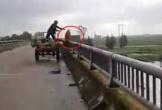 Hà Tĩnh: Vứt rác xuống sông, nhân viên môi trường bị phạt 5 triệu đồng