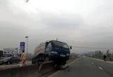 """Tránh bò trên quốc lộ, xe chở bia đâm ô tô tải """"bay"""" lên dải phân cách"""