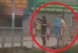 Đôi nam nữ vượt đèn đỏ bị cảnh sát phạt đứng điều tiết giao thông