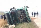 Nghệ An: Ôm cua gấp, xe tải lật nhào xuống ruộng