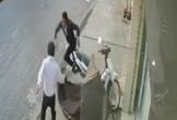 Trộm xe máy vứt cả dép, bỏ chạy vì bị bắt quả tang