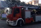 Lực lượng cứu hỏa cứu cháu bé mắc kẹt ngoài ban công nhà cao tầng