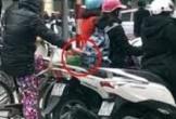'Nữ quái' chuyên móc túi người chờ đèn đỏ trên phố Hà Nội