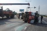 Xe chở người đi đưa tang va chạm giao thông lật giữa đường