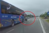 Người đàn ông bị xe khách đâm văng giữa phố thoát chết thần kỳ