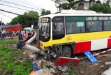 Nghệ An: Xe buýt mất lái tông tài xế xe ôm bay xuống sông tử vong