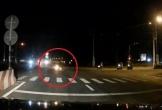 Clip: Vượt đèn đỏ, xe máy bốc cháy sau khi tông 2 người