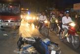 Hai thanh niên 17 tuổi lái xe máy đối đầu ôtô khách trước cửa trại hòm