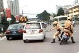 Thót tim cảnh CSGT truy đuổi taxi trên đường phố Uông Bí
