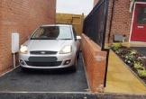Chủ nhà không thể mở cửa ôtô vì garage quá hẹp