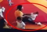 Trẻ tự kỷ bị giáo viên trói tay kéo lê khắp phòng