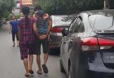 Bức ảnh ông chồng vừa cõng con vừa nắm chặt tay vợ từ phía sau khi dạo phố