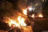 Người đàn ông bỏng nặng cạnh chiếc xe máy đang bốc cháy
