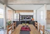 Ngôi nhà có mặt tiền vô cùng thoáng nhờ không dùng tường bao và sử dụng các lỗ nhỏ thông khí
