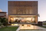 Thiết kế ngôi nhà độc đáo và tràn ngập ánh sáng nhờ mặt tiền bằng gạch lỗ