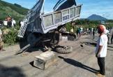 Tàu hỏa húc văng xe tải, tài xế bị thương nặng