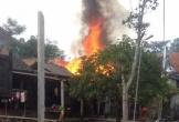 Nhà bất ngờ bốc cháy, cả phố nháo nhác dập lửa