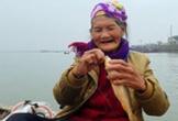 Hà Tĩnh: Cụ bà 75 tuổi câu cá ở biển để mưu sinh