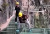Công nhân đập búa, giậm nhảy để thử độ bền của cầu kính