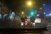 Hai nam thanh niên dàn cảnh móc túi trên phố Hà Nội