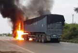 Xe container bốc cháy khi đang lên dốc