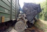 Vượt ẩu qua đường sắt, ô tô bị tàu đâm nát bét ở Hà Tĩnh