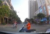 Cô gái tạt đầu ôtô nhanh như gió khiến tài xế giật mình