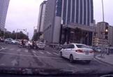 Cố vượt đèn vàng, ôtô bị kẹt giữa đường rồi va chạm với xe khác