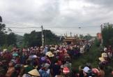 Hà Tĩnh: Hàng trăm người đội mưa tiễn đưa vợ chồng trẻ cùng 2 con thơ