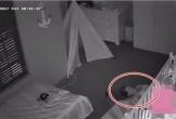 Ông bố phát hiện 'bóng ma' khi kiểm tra camera ở phòng con