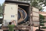 Xe tải đổ trộm chất thải nguy hại xuống cống thoát nước