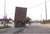 Tài xế container đánh lái giúp cụ già qua đường ẩu thoát chết