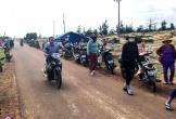 Người dân giữ ôtô của đoàn khảo sát dự án điện mặt trời
