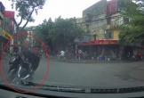 Thót tim với tình huống xe máy ngã ngay trước đầu ôtô