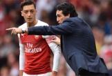 Ozil từ chối 'mức lương điên rồ' để ở lại Arsenal