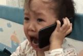 Bị cha trêu, bé gái khóc nức nở gọi điện thoại mách ông